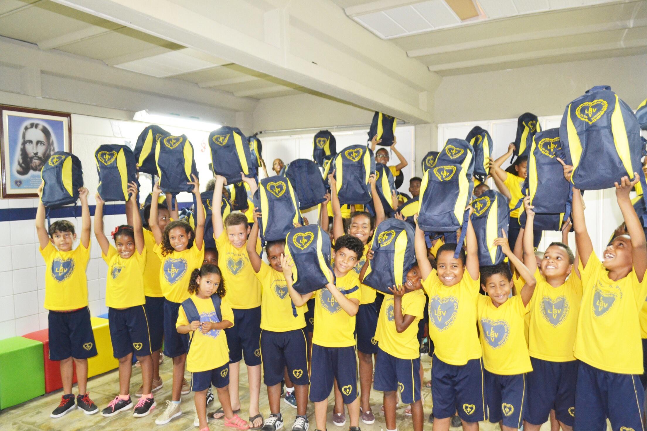 LBV entrega em Lauro de Freitas, kits pedagógicos para crianças que vivem em vulnerabilidade social