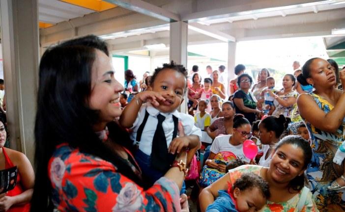 Uniformes dos alunos da rede municipal de Lauro de Freitas são entregues por Moema