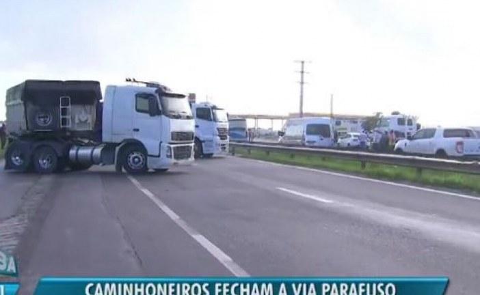 Caminhoneiros voltam a fechar rodovias em protesto contra aumento do diesel