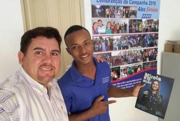Alex Simões atendendo a comunidade em seu escritório, nesta segunda
