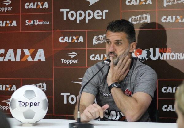 Santos goleia Vitória que volta para a zona de rebaixamento