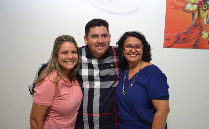 Alex Simões acompanha Mirela em reunião em Itapuã