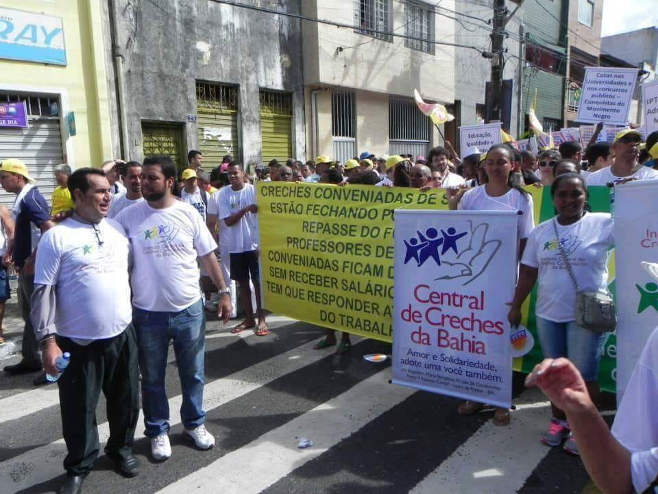 Professores da rede municipal de Salvador entram em greve por reajuste salarial, por tempo indeterminado.