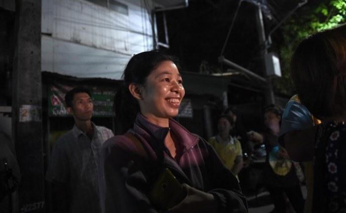 Doze meninos e o técnico de futebol são retirados de caverna após três dias de resgate na Tailândia