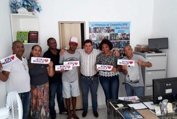 Alex Simões atendendo a comunidade em seu escritório, nesta quinta