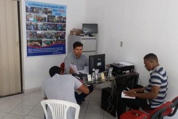 Alex Simões atendendo a comunidade em seu escritório, nesta quarta